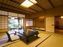春の館2Fの12.5+6畳客室。次の間があると広々とした空間です。日本庭園の眺めも◎