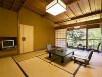 春の館2Fの10畳客室。1Fほどではありませんが、日本庭園を近く感じられる人気のお部屋です。