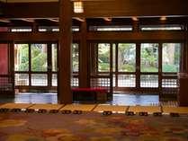 ロビーから見た玄関・風景。2016年、国の重要指定文化財に登録された。