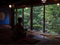【サービス】到着後、庭園を眺めるお部屋にて御抹茶のサービスを行っております。