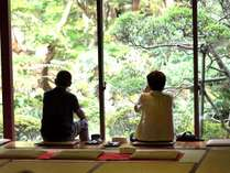 到着後(18:00まで)、庭園を眺めるお部屋にて御抹茶のサービスを行っております。