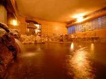 大きな湯舟にたっぷりの温泉を注ぐ大浴場!