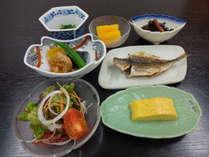 朝食は和食を中心とし、サラダ・フルーツ等がついています。