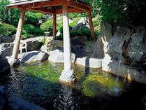 【露天風呂】四季折々の移ろいを感じられる開放的な露天風呂。