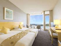 △海と江の島を見渡せる、ベッドがくっついたハリウッドツイン。晴れた日には富士山を望むことができます。