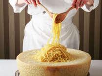 ブッフェではホールチーズの上で仕上げるパスタも目玉のひとつ!※イメージ