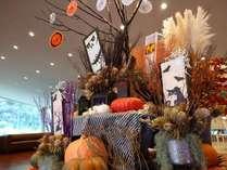 ホテルフロントロビー前にハロウィーンの装飾が出現!