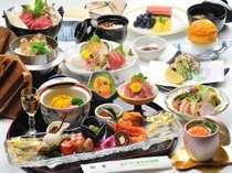 ボリューム満点!さくら鍋をはじめ、季節の前菜・馬刺し等ズラリと並ぶ特選料理一例