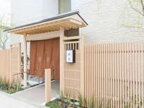 暖簾のかかった入り口が和空下寺町です。皆様のお越しをお待ち申しあげております。
