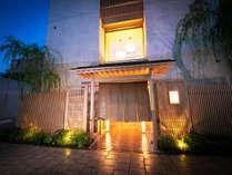 【外観】 大阪の各所にアクセス便利な天王寺にかまえる 『和の趣深い宿坊』 は当館だけの魅力