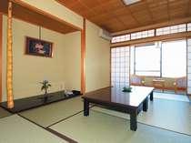 十楽棟の客室一例ご家族、二世帯やお仲間同士、心おきなくお過ごしいただける当館一番売れ筋のお部屋です