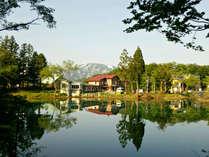 【外観】 五色沼の隣に佇む小さな宿。魅力あふれる大自然に囲まれ、癒しのひとときをお過ごしください。