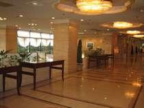 開放的なホテルロビーです。
