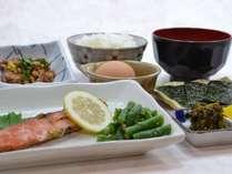朝食(サケの和定食)