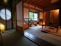 広々とした川沿いの和室は静か・・・。清流のせせらぎ音に癒されるひと時を
