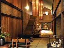 ロビー チェックインはこちらで。神代欅と飛騨の家具が調和した木の香り漂う落ち着いた空間です。