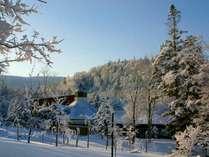 【建物外観】澄んだ青空と一面の銀世界。青と白のコントラストが美しい冬の朝。