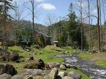 【建物外観】宿の中庭を流れる清流。雄大な自然に包まれた宿では、静かにゆったりと時間が流れていきます。