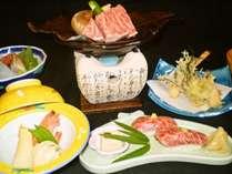 飛騨牛のにぎり・朴葉味噌焼き・山菜の天ぷらなどの夕食(一例)