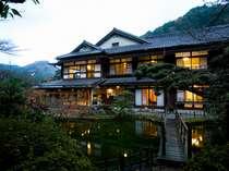 昭和の温泉旅館の情緒あふれる夕暮れの南天苑本館