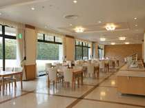 【レストラン】主にご夕食・ご朝食会場となる白を基調にデザインされた明るい空間♪