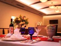 【レストラン】オーク調でまとめられた落ち着いた雰囲気のレストラン
