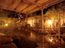 【露天風呂】四季折々の表情を見せる木々たちに囲まれながら…心身ともにリラックス!