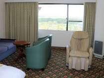 客室(ピースフルルームの一例)8階に設けられた広さ36平米の洋室