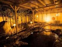 志賀の郷温泉・露天温泉岩風呂(夜)四季折々の表情を見せる木々たちに囲まれながら…心身ともにリラックス