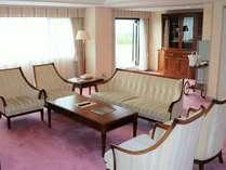 客室(スイートルームの一例)贅沢な空間のリビングルーム