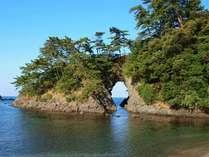 明鏡洞■宿の目の前にある高浜八穴の中で、一番大きな海食洞です。