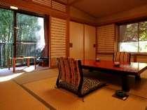 【四季の間:御園】窓辺に竹林をご覧いただけるお部屋。