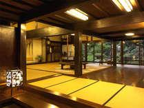 *【玄関】玄関を入ると木造りの建物に時の流れを感じられます。