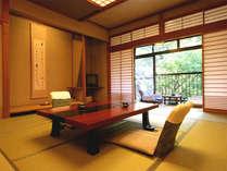 【四季の間:桔梗】窓辺に庭園をご覧いただける眺望の良いお部屋。