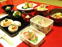 *夕食一例/その日ごとに吟味した地産地消の食材を調理しています。