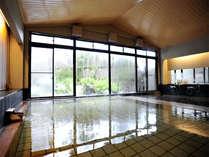 *翁の湯/大きな窓が開放的な温泉大浴場です。
