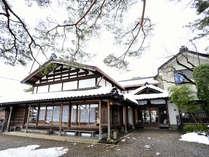 *【雪景色の外観】伝統の日本料理と岩室温泉の湯をお楽しみ下さい。