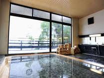 *竹生の湯/大きな窓が開放的な温泉大浴場。
