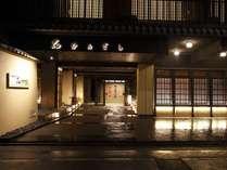 京町家をイメージした外観。中へ一歩踏み込むと、京のまち中とは思えない静けさです。