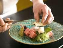 厳選した食材を使用した夕食を、お部屋食にてご提供いたします。