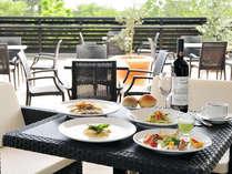 【ガーデンテラス】緑と光のあふれるテラスで、ワインを片手に美味しい欧風料理を満喫♪(料理は一例)