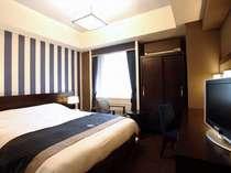 【部屋】ベッド幅160cm。シックな雰囲気のクイーンダブルルーム(広さ20平米)