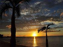ホテルの目の前のビーチからは水平線に沈む夕日が・・・