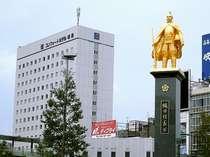 【観光】JR岐阜駅前広場:ホテルから徒歩1分。信長像と記念撮影はいかが?