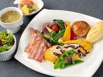 朝食。ボリュームたっぷりのお野菜、オムレツ、ソーセージなどをに、当ホテル自慢の自家製パンをご用意。