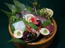 【海の幸万歳】 魚祭りだぜ!鮑・カニ・伊勢海老からメインが一品選べる♪夕部屋食「お造り桶盛りプラン」