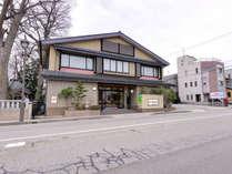 *地元の食通も通う隠れた名宿。主人がもてなす金沢の食文化-旬づくしの加賀料理をご堪能下さい。