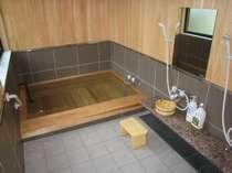 総ヒノキ風呂、お肌にやさしい温泉になってます。