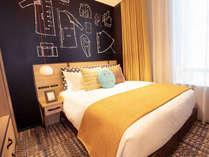 明るい雰囲気の、ゆったりとくつろげる客室。
