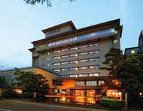 霊峰白山を背景に建つ老舗旅館
